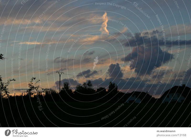 sonnenuntergang ohne sonne Himmel Baum Haus Wolken dunkel Berge u. Gebirge