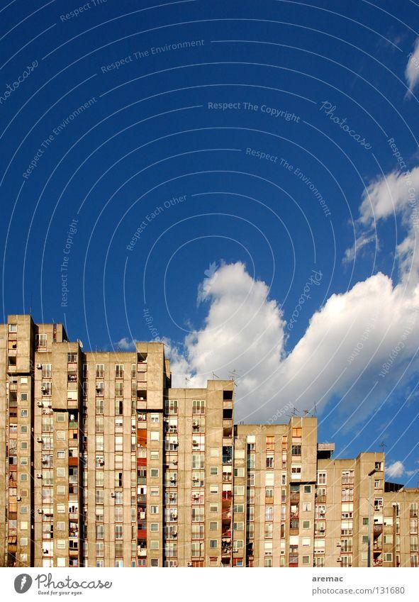 Wohnsilos Stadt Haus Hochhaus Wohnung Fassade sozial Wolken Fenster Vorstadt Belgrad Serbien Himmel Langeweile Häusliches Leben Wohnungsbau blau Architektur