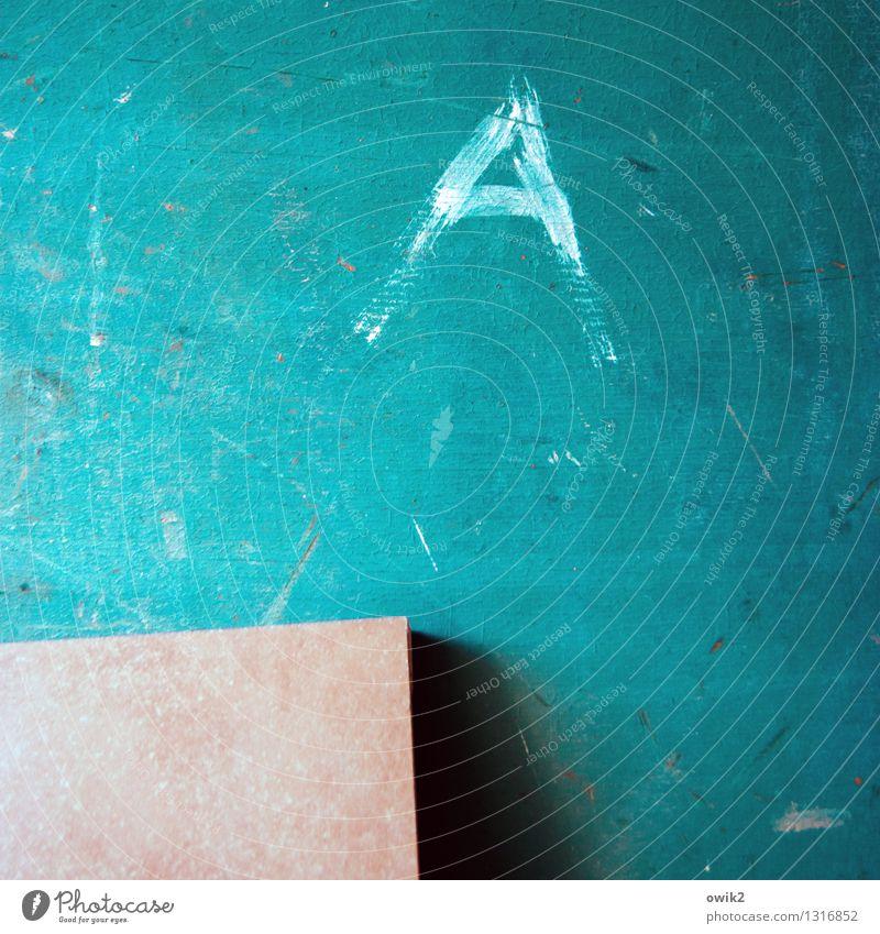 Aller Anfang Schriftzeichen alt einfach klein nah trashig trist türkis eckig Holz Tafel Kritzelei Schaden Vergänglichkeit verfallen Kratzer blau Ecke