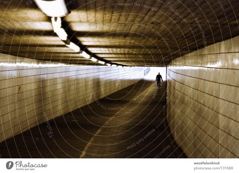 Aus dem Licht dunkel Wege & Pfade hell Angst Denkmal Wahrzeichen Fußgänger Monochrom Unterführung Gütersloh
