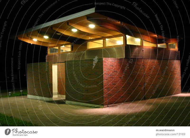 stilles örtchen Ferien & Urlaub & Reisen Lampe Architektur Toilette Autobahn Parkplatz flach Ruhepunkt Rastplatz