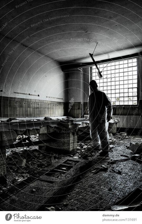 CSI Mann alt Einsamkeit dunkel Fenster dreckig Bad stehen Müll verfallen Anzug Zerstörung Kerl Waschbecken Bauschutt Tatort