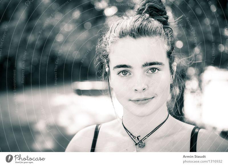 Porträt Mensch Frau Natur Jugendliche schön Sommer Junge Frau ruhig Erwachsene Leben Frühling Gefühle feminin Stil Glück Garten