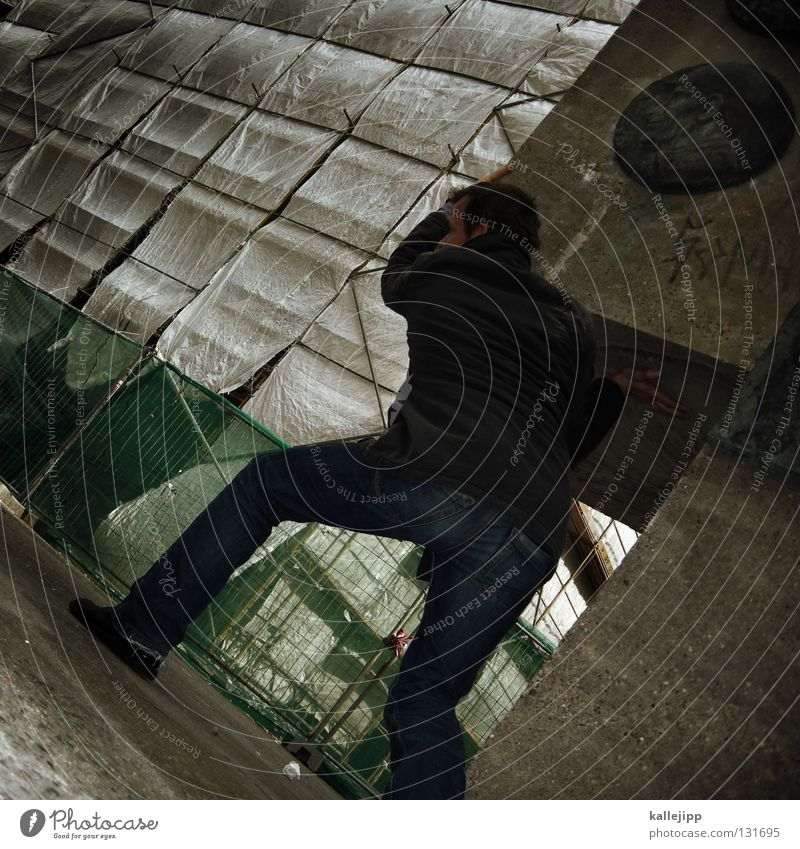 an die arbeit heben drücken abstützen stark Mann maskulin Haus Schneckenhaus Bodybuilder Bodybuilding Rambo schwer transpirieren Schweiß Jacke Hose Leder Mütze