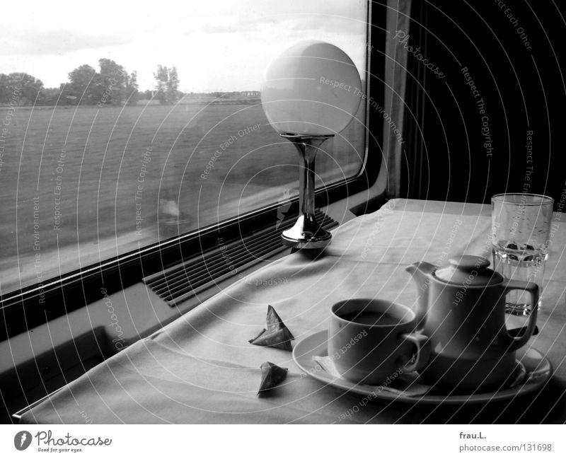 Zugfahrt Ferien & Urlaub & Reisen ruhig Einsamkeit Ernährung Landschaft Traurigkeit Denken träumen Lampe Raum Zeit warten Verkehr Eisenbahn Kaffee Tasse