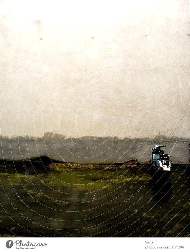 Lonesome alt blau Farbe Einsamkeit Straße Wand Traurigkeit klein dreckig Trauer Asphalt verfallen Verkehrswege schäbig Loch Motorrad