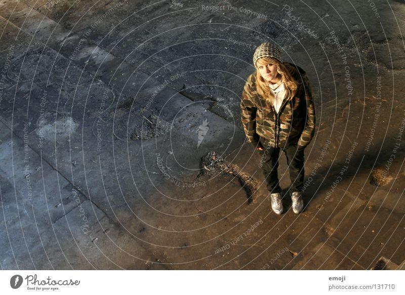 schüchtern Frau Jugendliche schön kalt See Wärme Beleuchtung dreckig Perspektive Coolness offen stehen Bodenbelag Ziel Physik verfallen