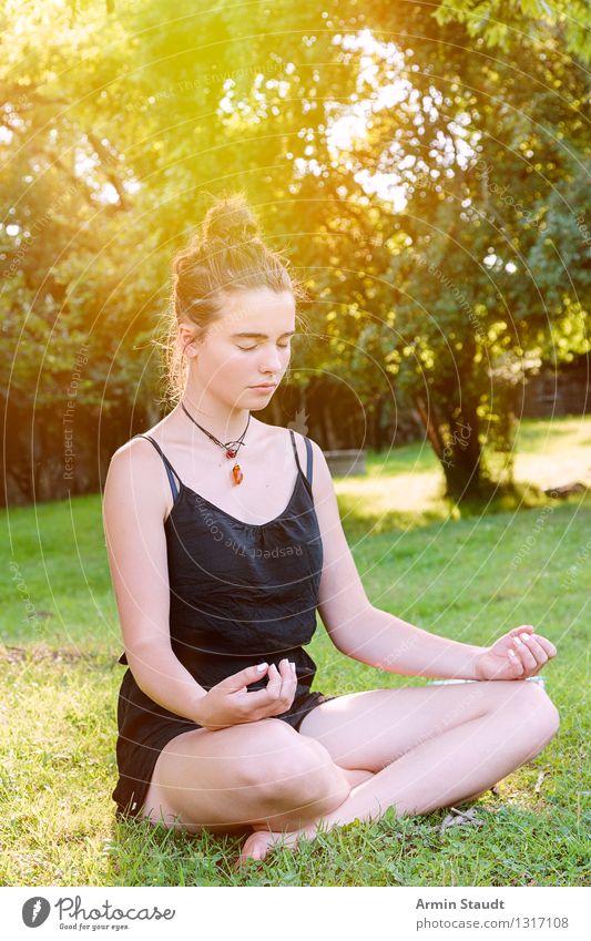 Meditation Lifestyle schön Gesundheit Wellness Erholung Sommer Yoga Mensch feminin Junge Frau Jugendliche Erwachsene 1 Natur Schönes Wetter Park Wiese Denken