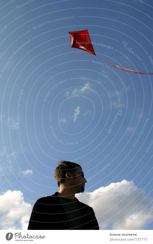 Der schwarze Rächer Wolken Herbst Drache Mann Erinnerung steigen rot weiß Freude Spielen Himmel Wind Mensch Freiheit Blick Niveau Luftverkehr hoch fliegen blau