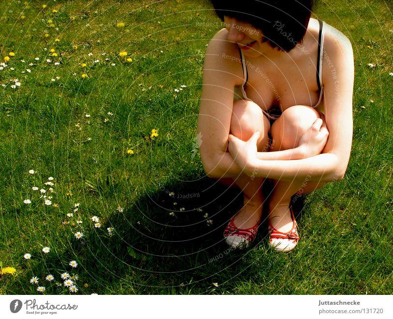 Blumenkind Frau Wiese Sommer Frühling verträumt Gänseblümchen träumen Denken hocken Schönes Wetter Flowerpower Hippie Frieden Rasen warten nachdenken Garten