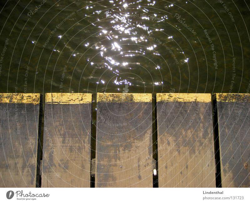Wasserfunkeln Linie glänzend Steg Holzbrett