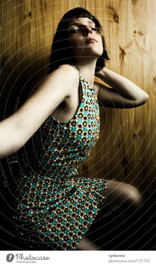 Nostalgiekind Frau Licht stehen Gedanke Zeit Gefühle wahrnehmen Stil Lippen bleich Haare & Frisuren Kleid Blume Muster retro Wand Holz schön Erde Blick Mensch