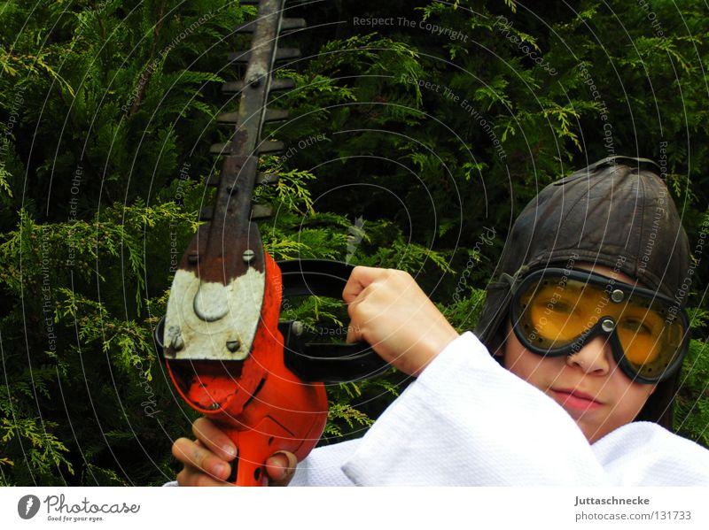 150 ...... Kind Arbeit & Erwerbstätigkeit Junge Garten gefährlich bedrohlich Schutz Verbote Gartenarbeit elektrisch Gärtner Schutzbrille Heckenschere