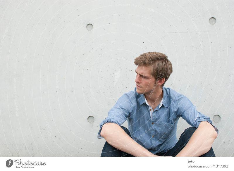 nachdenklich Mensch Jugendliche Einsamkeit Junger Mann ruhig 18-30 Jahre Erwachsene Denken Stadtleben authentisch sitzen Sehnsucht Verstand Wachsamkeit Hemd