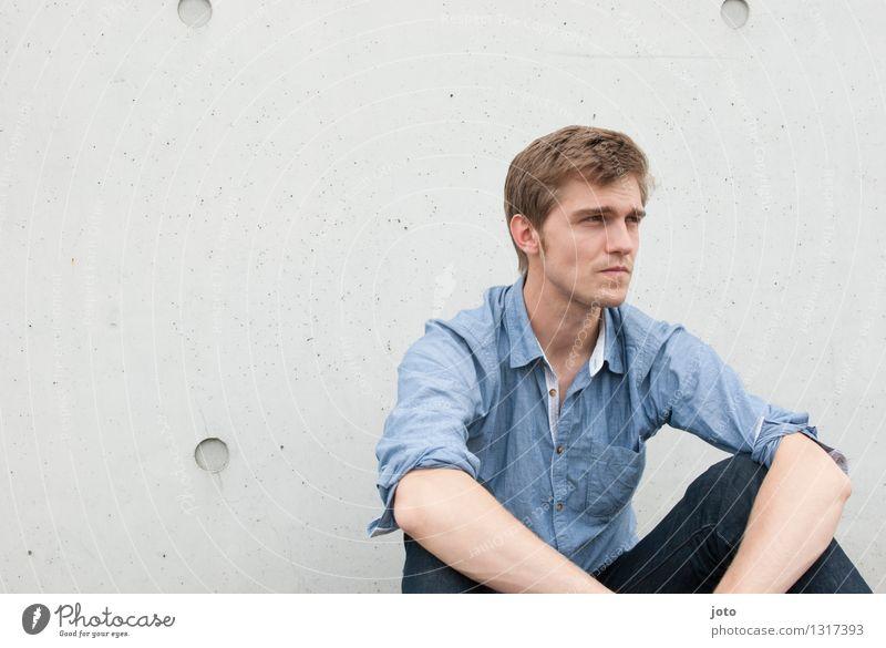 ernst Mensch Jugendliche Einsamkeit Junger Mann ruhig 18-30 Jahre Erwachsene Stadtleben nachdenklich authentisch sitzen beobachten Sehnsucht Verstand