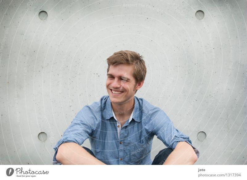 sweet Mensch Jugendliche Stadt Erotik Junger Mann Freude 18-30 Jahre Erwachsene Glück lachen Lifestyle Stadtleben maskulin Zufriedenheit frei sitzen