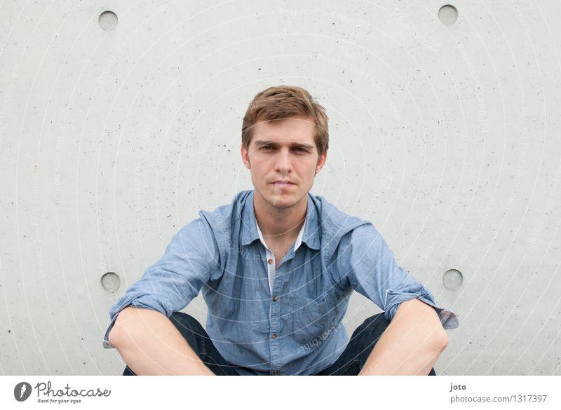 seriös Mensch Jugendliche Stadt Einsamkeit Junger Mann ruhig 18-30 Jahre Erwachsene nachdenklich authentisch sitzen beobachten Sehnsucht Wachsamkeit Hemd eckig