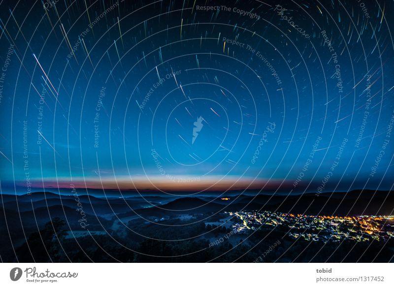 Startrails Himmel Natur Einsamkeit Landschaft Ferne Wald Bewegung Horizont glänzend leuchten elegant Idylle ästhetisch Stern Schönes Wetter Unendlichkeit