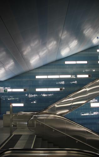 Je schneller desto streif Stadt blau Haus kalt Wand Architektur Gebäude Mauer grau Stein Fassade Metall Treppe Energiewirtschaft elegant trist
