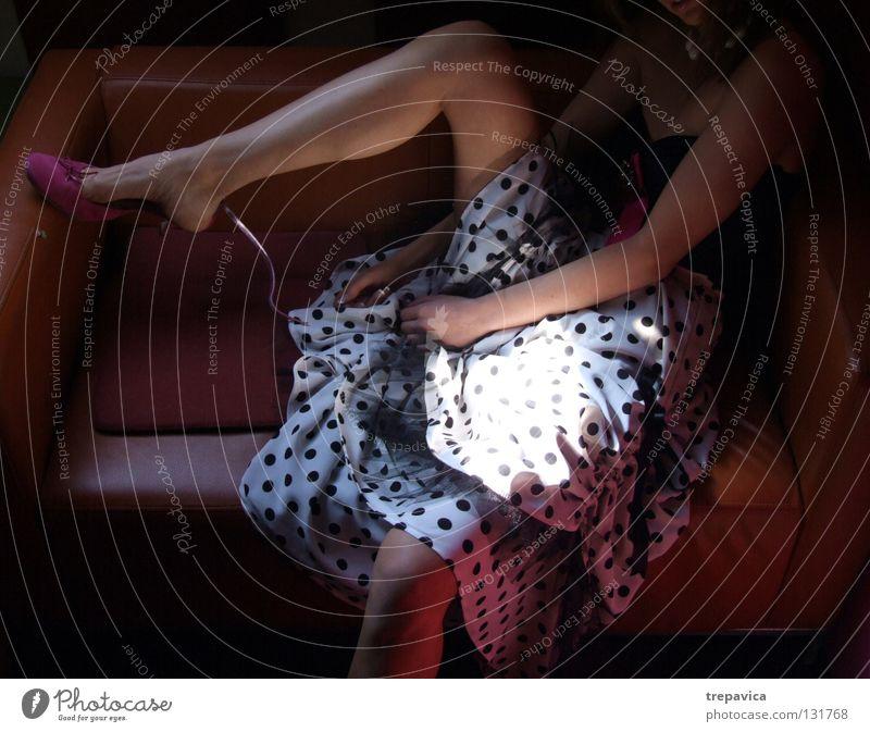 punktchen Frau Licht Stil Kleid Körperhaltung dunkel feminin Nacht Nackte Haut Schuhe rosa Aussehen schön Beine Mensch Farbe woman femal Arme modedesign Punkt