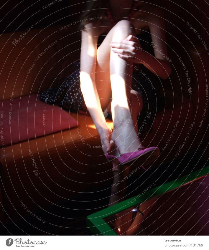 bein Frau Mensch Einsamkeit Farbe feminin dunkel Stil Beine Mode Schuhe Arme rosa sitzen Haut Körperhaltung Punkt