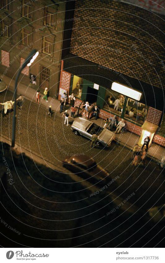 Minibar Mensch Stadt Haus Freude Straße Leben Gebäude Feste & Feiern Menschengruppe Party Fassade PKW Verkehr Hochhaus Bauwerk Veranstaltung