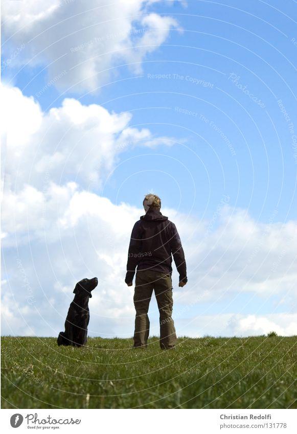 mann mit hund ..... Mann Freundschaft Feld Hügel Gras Hund Labrador Wiese Wolken Frühlingstag Spaziergang grün schwarz weiß Tier hundehalter herrchen Mensch