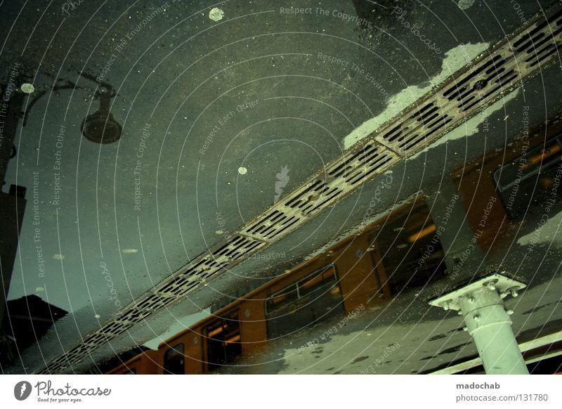 DAMN ORIENTIERUNGSLOS Straßenbahn Eisenbahn Verkehr Öffentlicher Personennahverkehr verkehrt Asphalt Gully Regen kalt Laterne Stadt abstrakt hässlich