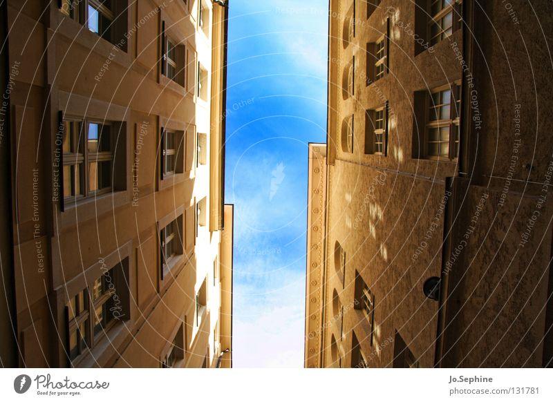 Gassenpanorama Haus Himmel Gebäude Fenster Platzangst Stadthaus eng überbevölkert Sonnenlicht Schatten hoch Fassade Wand Architektur Detailaufnahme
