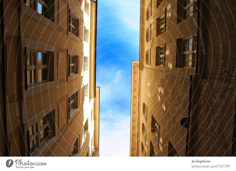 Gassenpanorama Haus Himmel Gebäude Fenster Platzangst Stadthaus eng Sonnenlicht Schatten hoch Fassade Wand Architektur Detailaufnahme Froschperspektive