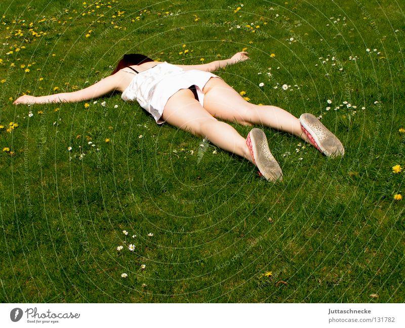 Und aus Frau liegen ausgestreckt flach Knockout Müdigkeit schlafen Wiese Gras Blumenwiese Misserfolg umgefallen umfallen fertig Gelächter Begeisterung