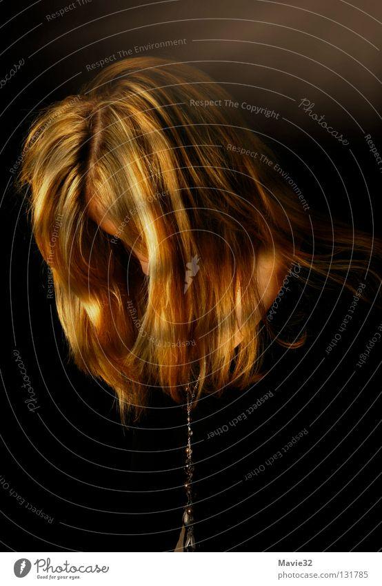 Licht ins Dunkel Frau Trauer planen dunkel Mensch Einsamkeit Hoffnung Vertrauen Verzweiflung Schatten Tod Lichtblick Lichterscheinung