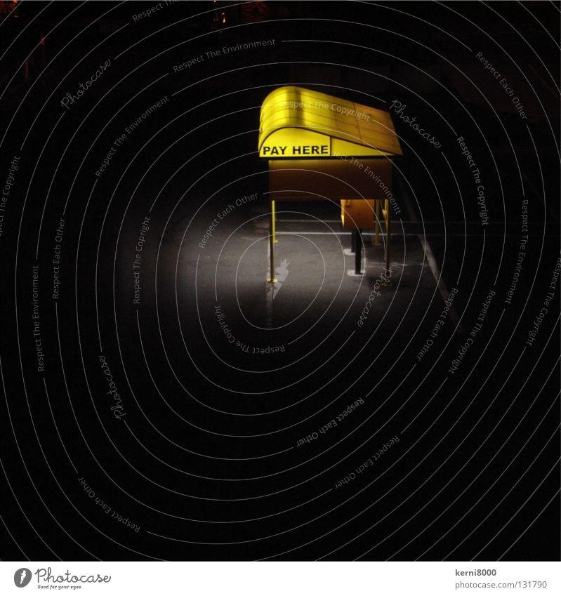 Pay Here schwarz Einsamkeit gelb Hinweisschild Parkplatz bezahlen erleuchten Orientierung Leuchtreklame Automat Beleuchtungselement Vor dunklem Hintergrund