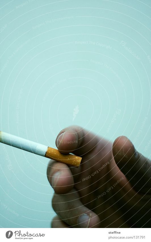 NEO RAUCH Mann Hand Finger Coolness Rauchen Gastronomie Club Zigarette Geruch ungesund Brandasche Aschenbecher Lunge Krebs schädlich