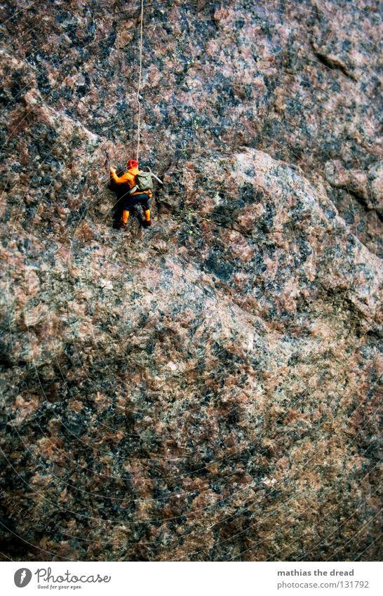 ZIELHÖHE 40 cm Mann Natur blau Einsamkeit Sport dunkel Spielen Berge u. Gebirge Stein groß Seil Felsen hoch gefährlich bedrohlich Richtung
