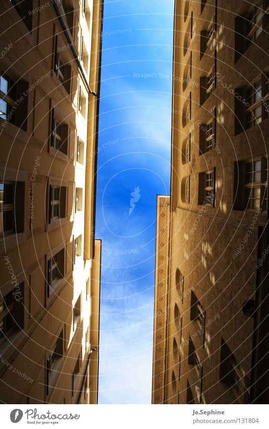 Gassenpanorama II Haus Himmel Gebäude Fenster Platzangst Stadthaus eng überbevölkert hoch Sonnenlicht Schatten Fassade Wand Architektur Detailaufnahme
