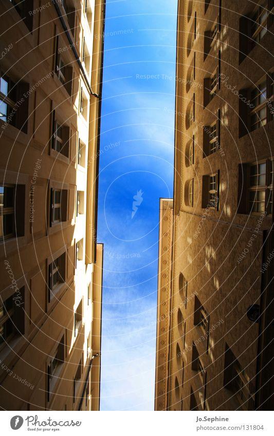 Gassenpanorama II Himmel Stadt Haus Fenster Wand Architektur Gebäude Fassade hoch Platzangst eng Stadthaus überbevölkert