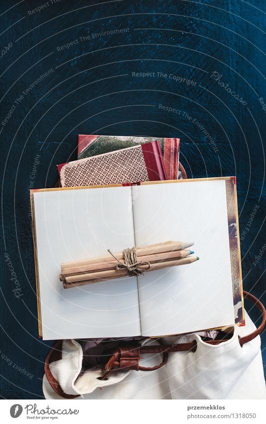 Notizbücher Bleistifte und Schultasche auf einem Desktop Schule Tisch lernen Buch Bildung Accessoire Farbstift Rucksack