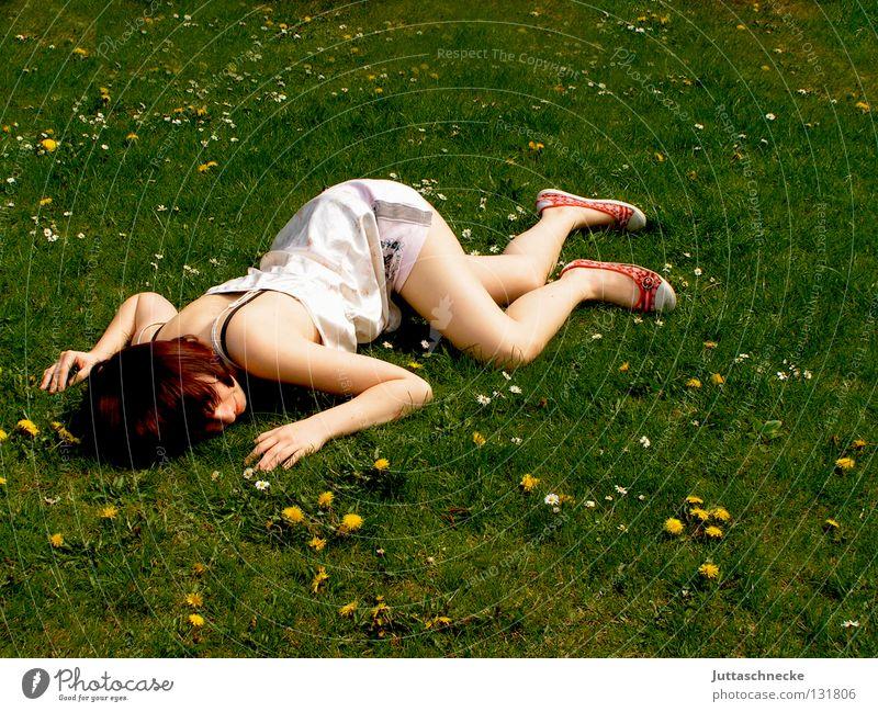 Das Gras wachsen hören Frau liegen ausgestreckt flach Knockout Müdigkeit schlafen Wiese Blumenwiese Misserfolg umgefallen umfallen fertig Gelächter Begeisterung