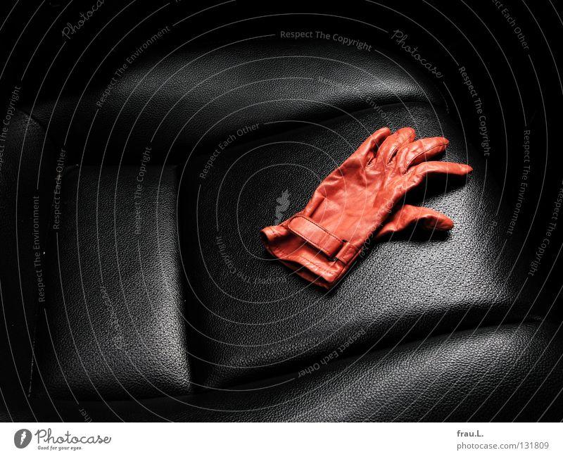 im Taxi schwarz Arbeit & Erwerbstätigkeit PKW orange Verkehr Bekleidung fahren Falte Leder Autofahren Sitzgelegenheit Handschuhe bequem unterwegs Rücksitz