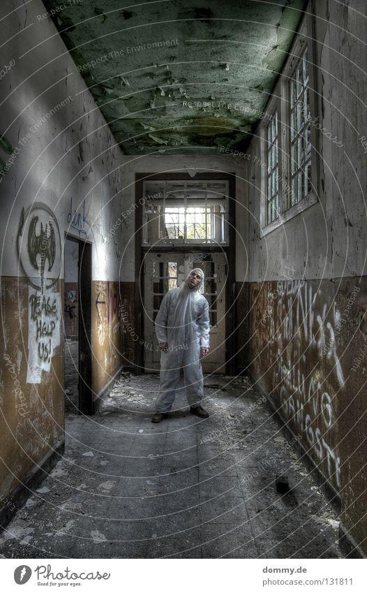 CSI: Motherfu**er II Mann alt weiß Einsamkeit Fenster Wand Graffiti Holz braun Tür Schuhe dreckig planen stehen Sauberkeit verfallen