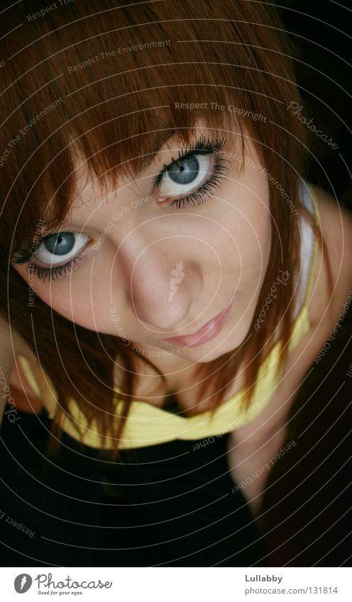 Hallo da oben grün brünett gelb Schüchternheit klein Frau Vogelperspektive Gesicht Nase Mund T-Shirt Auge grosse Augen blau Jugendliche herab Fragen
