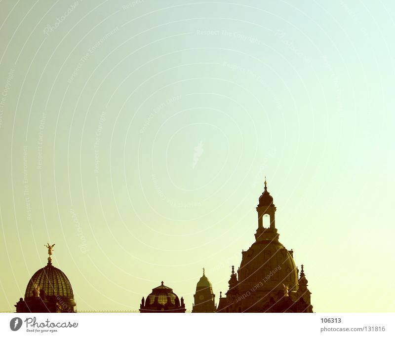 WAS NÜTZT DER SAMSTAG IN GEDANKEN Dresden Kirche Bauwerk historisch Barock Himmel Spitze Wolken Schönes Wetter krumm Sonne Sommer Farbe gelb grün türkis
