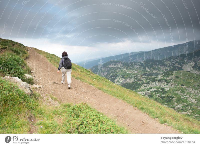 Ältere Frau, die in den Berg geht Natur Mann alt Sommer Baum Landschaft Freude Wald Erwachsene Berge u. Gebirge Wiese Gras Sport Glück Lifestyle