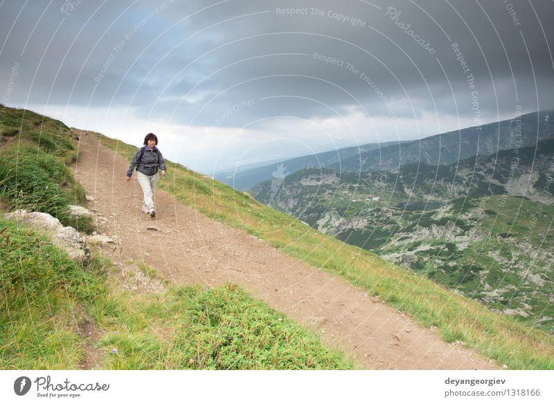 Ältere Frau, die in den Berg geht Lifestyle Freude Freizeit & Hobby Abenteuer Sommer Berge u. Gebirge wandern Sport Ruhestand Erwachsene Mann Paar Natur
