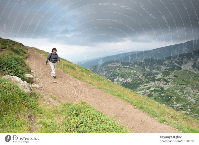 Frau Natur Mann alt Sommer Baum Landschaft Freude Wald Erwachsene Berge u. Gebirge Wiese Gras Sport Lifestyle Paar