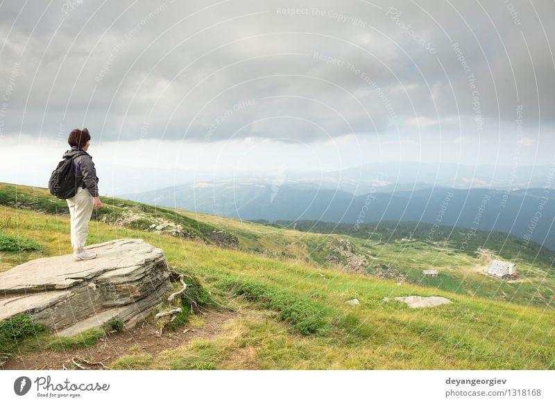 Ältere Frau, die den Bergblick betrachtet Mensch Himmel Natur blau schön Sommer ruhig Erwachsene Berge u. Gebirge Glück Lifestyle Felsen Freizeit & Hobby Aktion