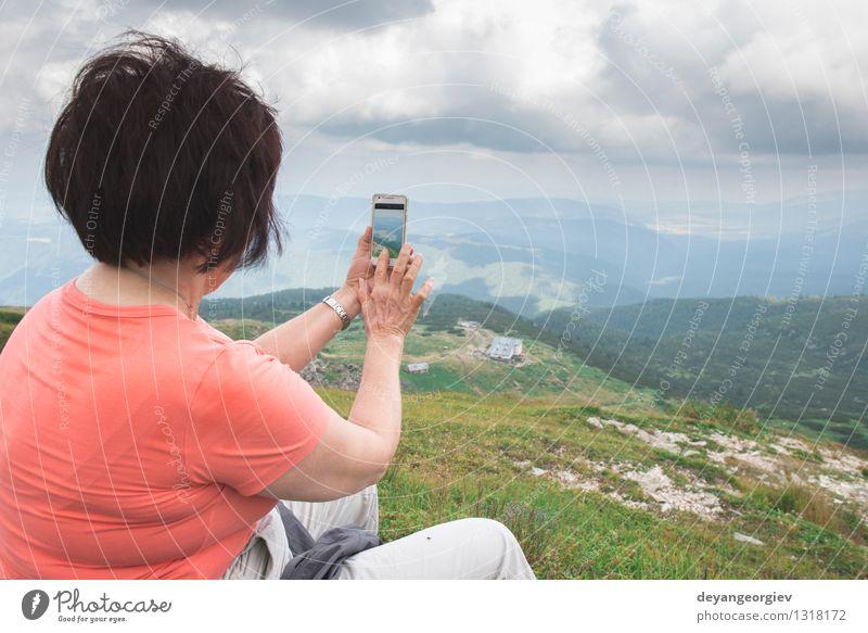 Ältere Frau, die Fotos mit Smartphone macht Mensch Natur Mann schön weiß Erholung Landschaft Erwachsene Berge u. Gebirge Senior Lifestyle Paar Aktion stehen