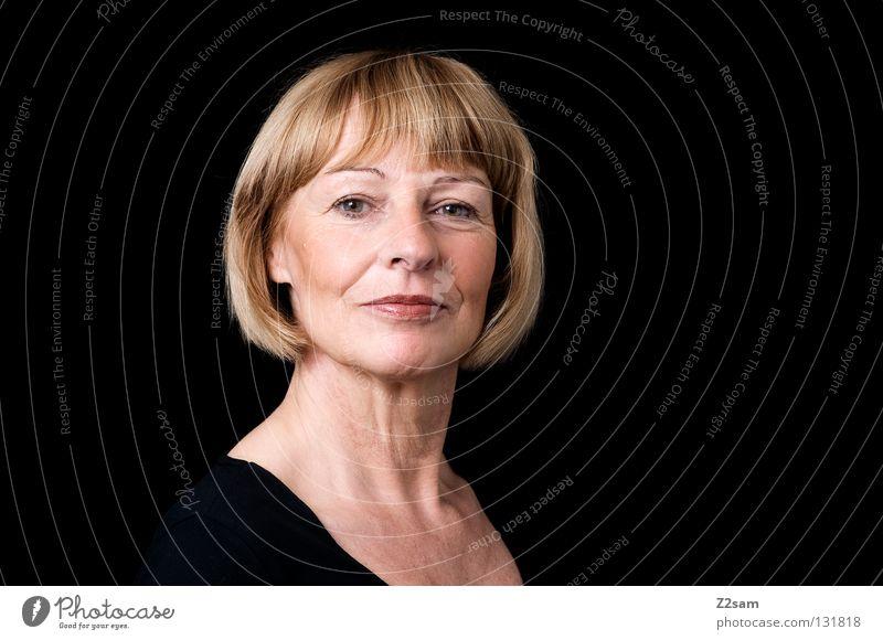 erhobenen hauptes Frau Mensch Natur schön alt Porträt Gesicht schwarz Auge feminin Haare & Frisuren Kopf Zufriedenheit Kraft blond hoch