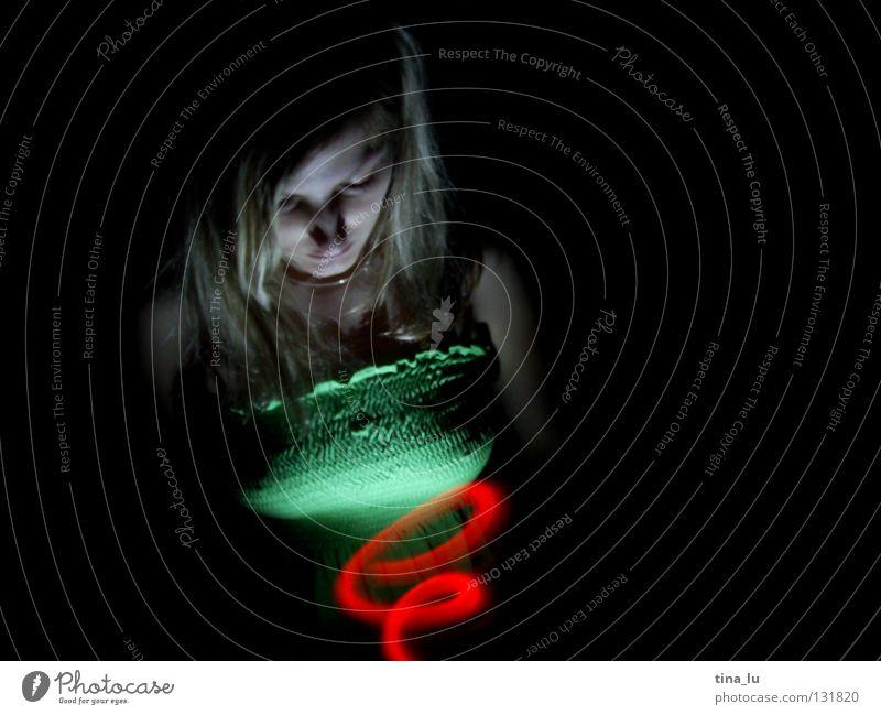 komm ins licht... rot Licht grün Kleid Streifen dunkel Lichtspiel Experiment Langzeitbelichtung Frau Wasserwirbel Spirale Geisterstunde Ampel Lampe Kontrast